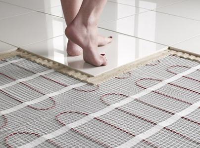 camminare a piedi nudi sul caldo del pavimento