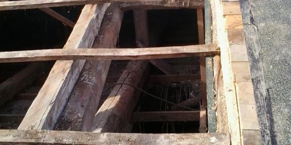 una casa vecchia con il tetto scoperto